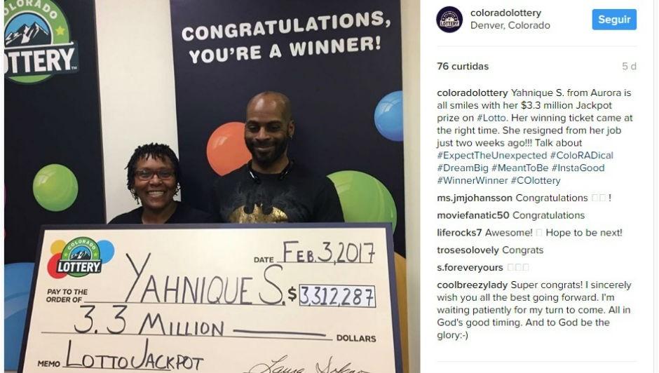 A foto da americana e seu marido segurando o cheque do prêmio foi publicada no Instagram da Loteria do Colorado (Foto: Reprodução Instagram)