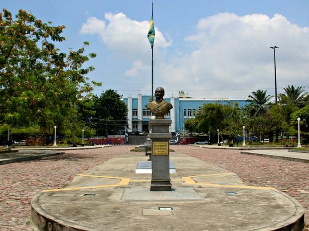 Praça do Congresso tem busto do governador Eduardo Ribeiro (Foto: Suelen Gonçalves/ G1 AM)