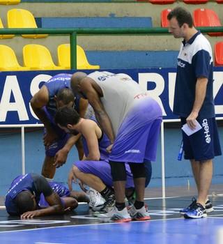 Lesão Shamell treino Mogi das Cruzes (Foto: Bruno Rocha)