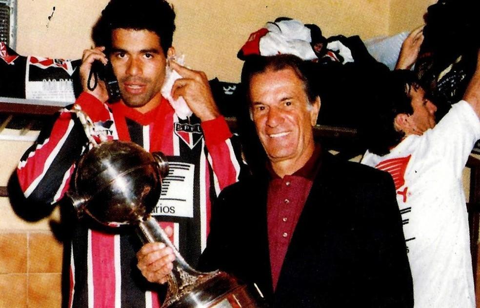 Telê Santa mostra troféu da Libertadores ao lado de Raí (Foto: Divulgação)