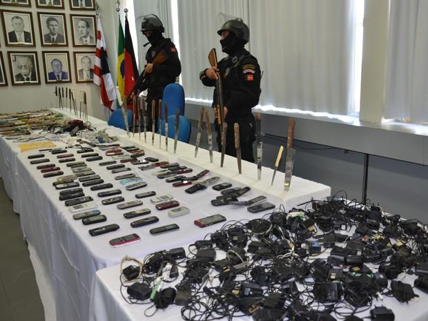 Secretaria mostrou todos os materiais apreendidos na operação durante a coletiva (Foto: Walter Paparazzo/G1)