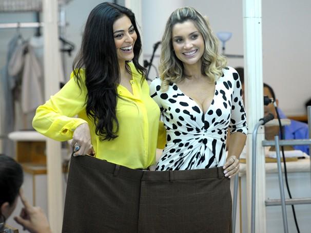Juliana Paes e Flávia Alessandra brincam com calça gigante na sala de costura do Projac (Foto: João Cotta/ TV Globo)