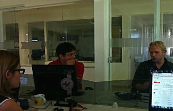 Victor Navarro conversa com equipe do G1 Grande Minas sobre perfil dos internautas. (Foto: Alexandre Fonseca/ Inter TV)