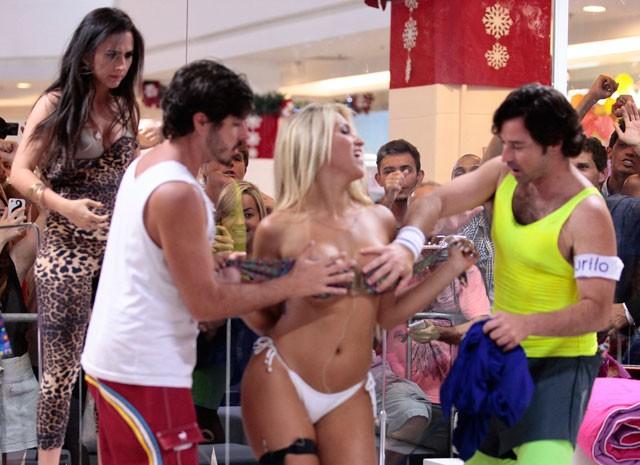 A loira mostra tudo e Valdirene não gosta da concorrência (Foto: Pedro Curi/ TV Globo)