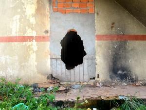 Portas são buracos feitos nas paredes da feira Ana Nery (Foto: Abinoan Santiago/G1)