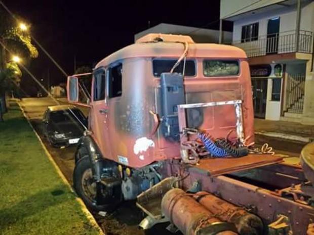 Caminhão e carro de passeio também foram incendiados (Foto: João Lucena Neri Neto/ Arquivo pessoal)