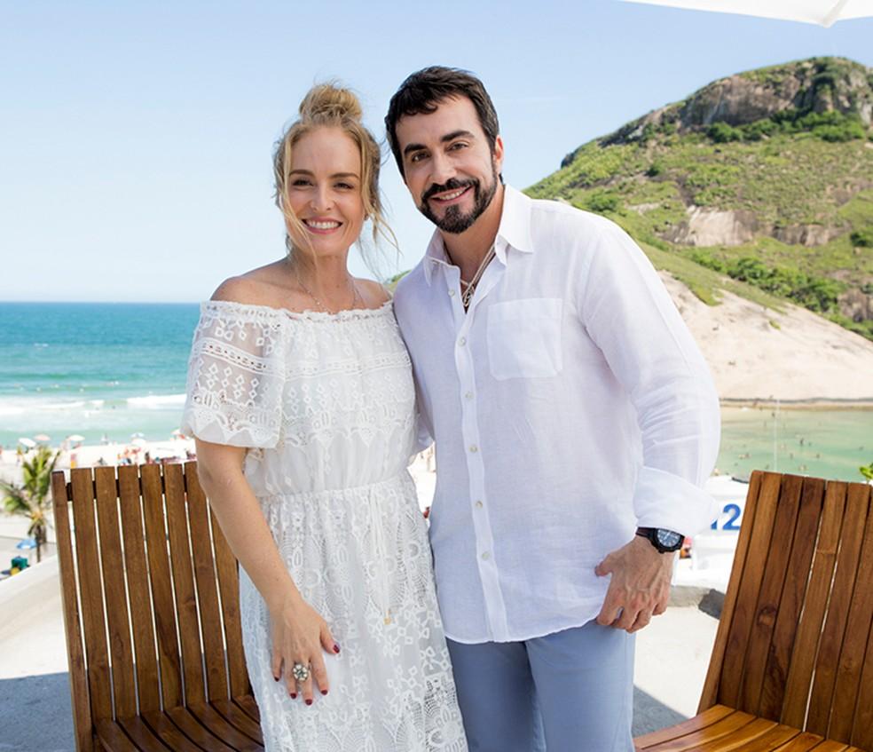 Angélica e Padre Fábio posam juntos durante gravação (Foto: Ellen Soares/Gshow)