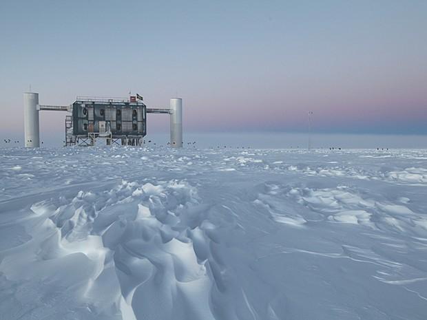 Ilustração do laboratório do projeto IceCube, na estação Amundsen-Scott, Antártica (Foto: IceCube/NSF)