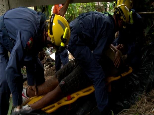 Equipes simularam o resgate de duas vítimas na mata (Foto: Reprodução RBS TV)