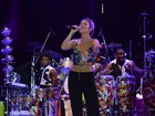 Luiza Possi canta com Brown e a mãe e exibe barriga chapada