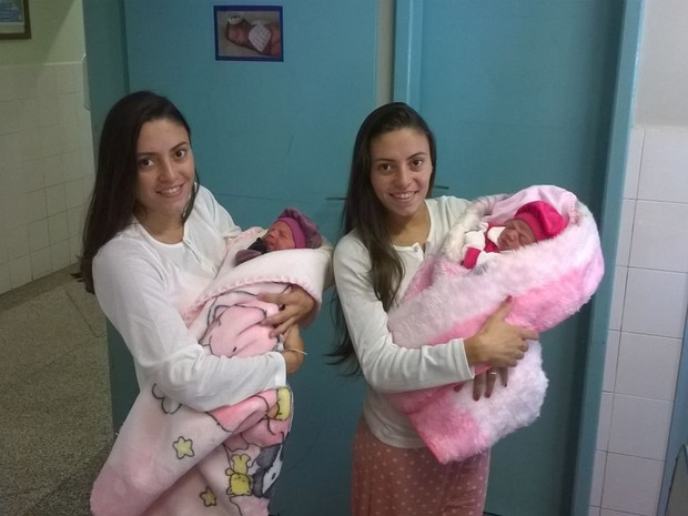Jéssica, à esquerda, e Joyce deram à luz Valentina e Emanuelle no dominfo (26) em Içara (Foto: Arquivo Pessoal)