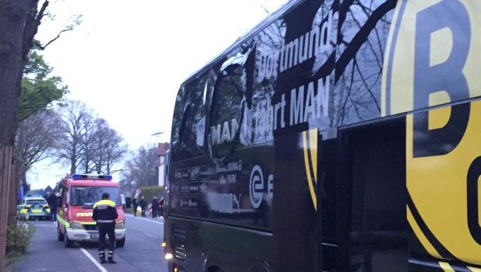 Janela quebrada do ônibus do Borussia Dortmund (Foto: Carsten Linhoff/dpa via AP)
