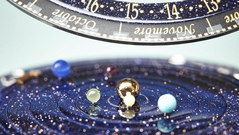 3a1209c9965 Os planetas são representados por pequenas esferas de pedras semipreciosas  (Foto  Divulgação)