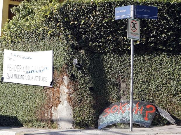 """Amigos do empresário Vitor Gurman, de 24 anos, colocaram uma placa no cruzamento das ruas Natingui e Delfina, na Vila Madalena, Zona Oeste de São Paulo, que indica o limite de velocidade na via, além de uma faixa em que se lê: """"não espere perder um amigo  (Foto: José Patrício/Agência Estado)"""