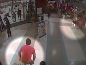 Imagem mostra a mulher saindo do supermercado e o suspeito a seguindo (Foto: Reprodução / TV Tem)