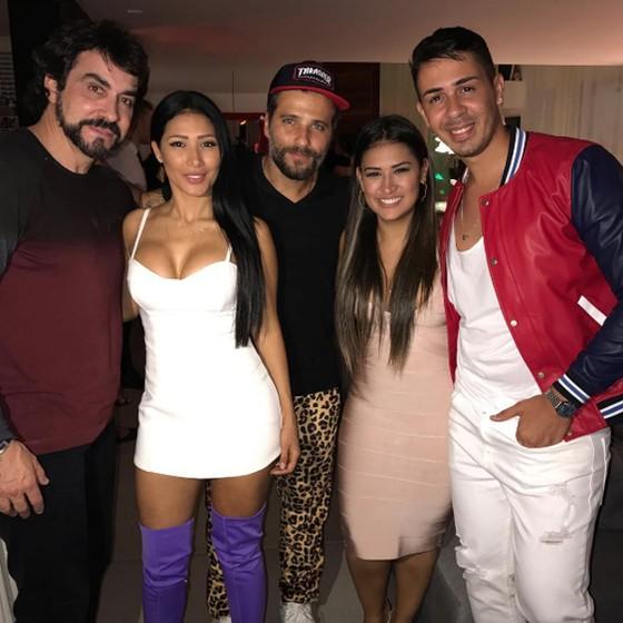 Padre Fabio de Melo, Simaria, Bruno Gagliasso, Simone e Carlinhos Maia posam juntos (Foto: Reprodução Instagram)