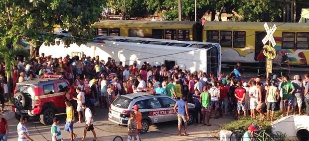 Colisão entre trem e ônibus deixou mortos e feridos em Santa Rita (Foto: Walter Paparazzo/G1)