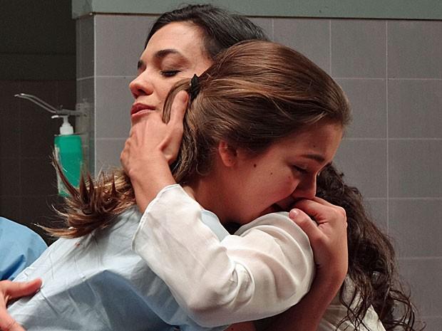 Clara deixa seu corpo e reencontra a mãe durante a cirurgia (Foto: Amor Eterno Amor/TV Globo)