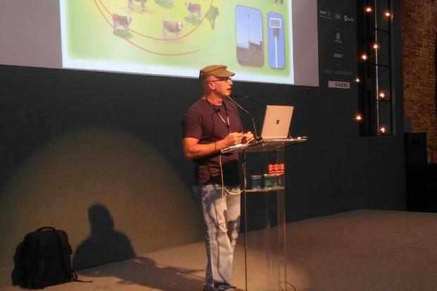 """Silvio Meira mostra como o """"chip"""" pode ajudar a controlar doenças em rebanhos (Foto: Gabriel Chequer)"""