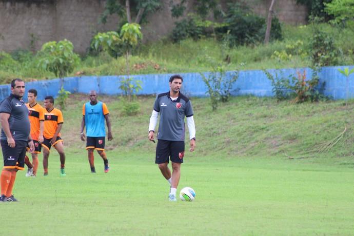 Athirson durante treino do Flamengo-PI (Foto: Wenner Tito )