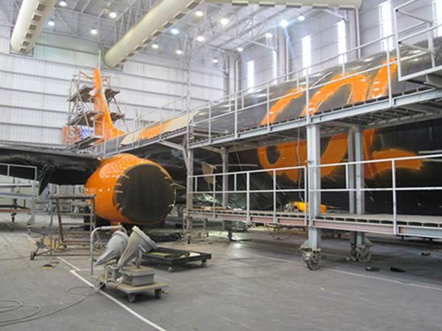 Avião da Gol passa por manutenção e tem turbina pintada em Confins (MG) (Foto: Simone Cunha/G1)