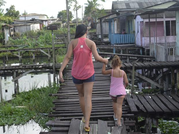 Adolescente, mãe de Pedro Henrique, caminhando ao lado da irmã de três anos (Foto: Dyepeson Martins/G1)