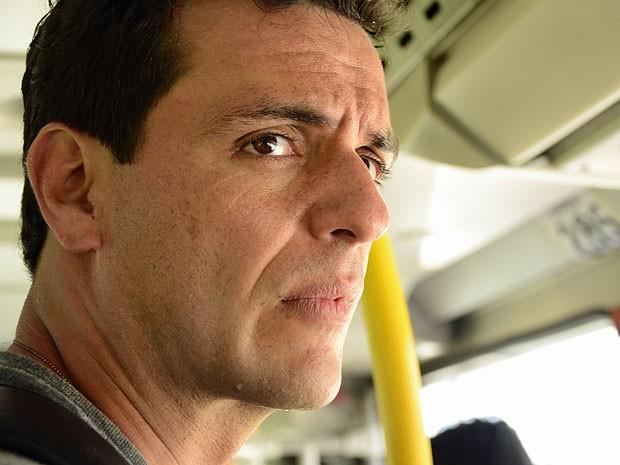 Théo não acredita quando vê o engarrafamento (Foto: Salve Jorge/TV Globo)