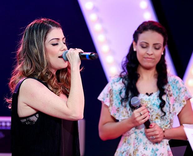 Enquanto Millane canta, Karina observa  (Foto: Isabella Pinheiro/Gshow)