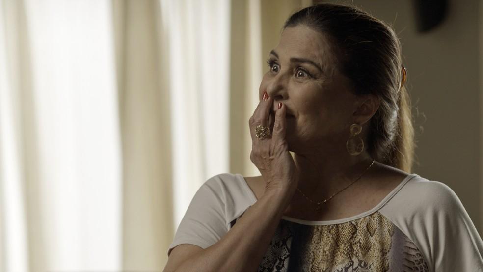 Aurora fica toda feliz (Foto: TV Globo)