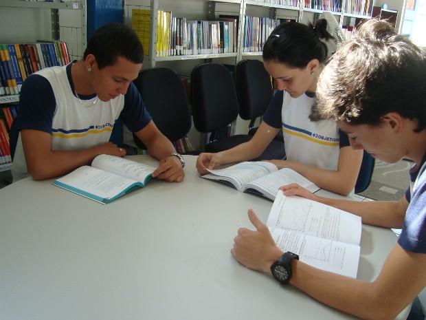 Amigos se preparam em plantões de estudos para o vestibular da Unesp (Foto: Jéssica Pimentel / G1)