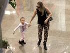 Fernanda Rodrigues passeia com a filha em shopping do Rio
