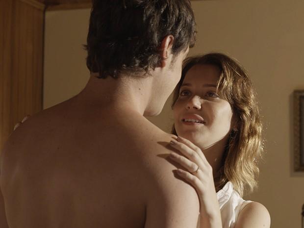 Caíque vai atrás de Laura enquanto ela se arrumar para ir embora (Foto: TV Globo)