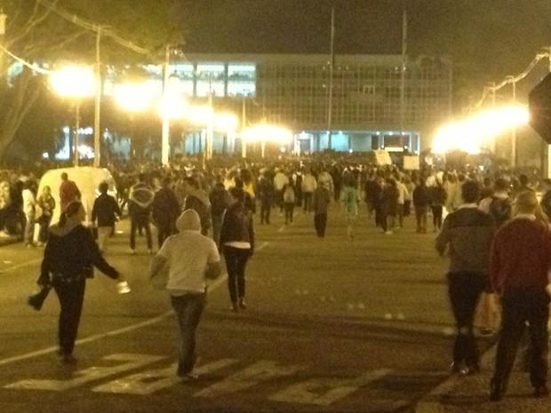 Parte do grupo continuou o protesto até o Centro Cívico (Foto: Ana Zimmermann/RPC TV)