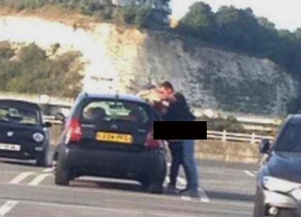 Casal atrevido foi flagrado fazendo sexo encostado em carro em estacionamento de shopping (Foto: Reprodução/Twitter/Kent 999s)