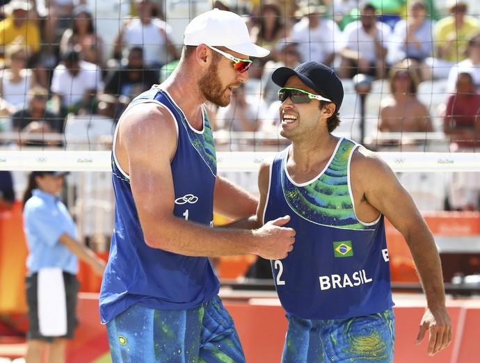 Alison e Bruno Schmidt; vôlei de praia; olimpíada 2016 (Foto: REUTERS/Ruben Sprich)