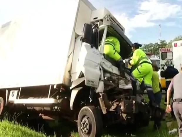 Motorista ficou preso nas ferragens e foi preciso ajuda do resgate para retirá-lo (Foto: Reprodução / TV TEM)