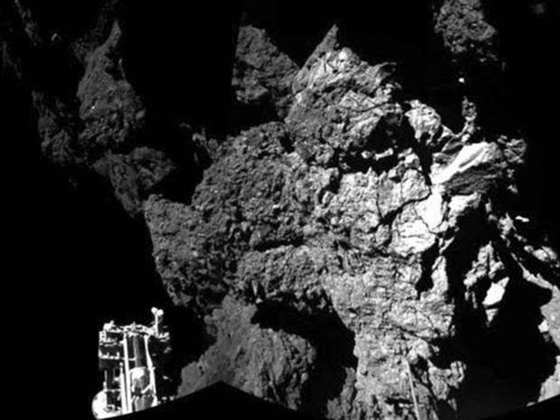 Imagem divulgada pela Agência Espacial Europeia mostra o robô Philae na superfície do cometa 67P/Churyumov-Gerasimenko. Montada a partir de duas das seis fotos feitas pelo instrumento Çiva, a imagem mostra o módulo Philae na superfície do cometa (Foto: Reuters/ESA/Rosetta/Philae/ÇIVA)