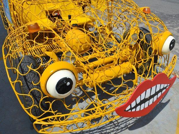 Fusca transparente tem olhos feitos de penico e boca que esguicha água (Foto: Marina Fontenele/G1 SE)