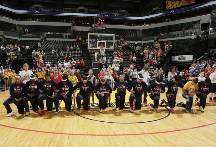 Jogadoras do Indiana Fever se ajoelham antes do confronto com o Mercury (Foto: Getty Images)