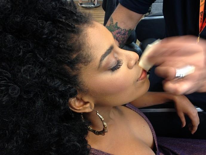 Aline Souza retoca a maquiagem (Foto: Gshow)
