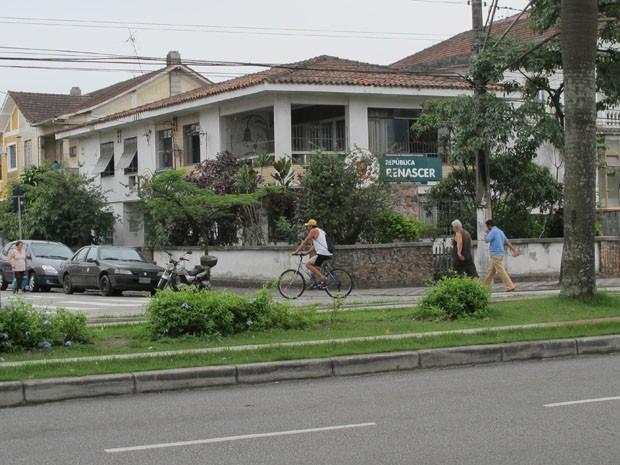 Repúblicas Renascer e Vitória funcionam no mesmo casarão, na Avenida Ana Costa, 62. (Foto: Silvio Muniz)