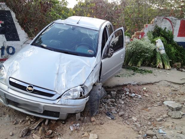 Dois carros bateram na manhã desta segunda-feira (17) em uma ladeira nas proximidades da Feira de Oitizeiro em João Pessoa. Um dos veículos capotou e bateu em um muro (Foto: Walter Paparazzo/G1)