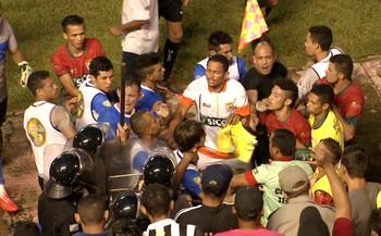 Jogadores de Atlético-AC e Galvez brigam após gol em jogo do Acreano (Foto: Reprodução/Rede Amazônica Acre)