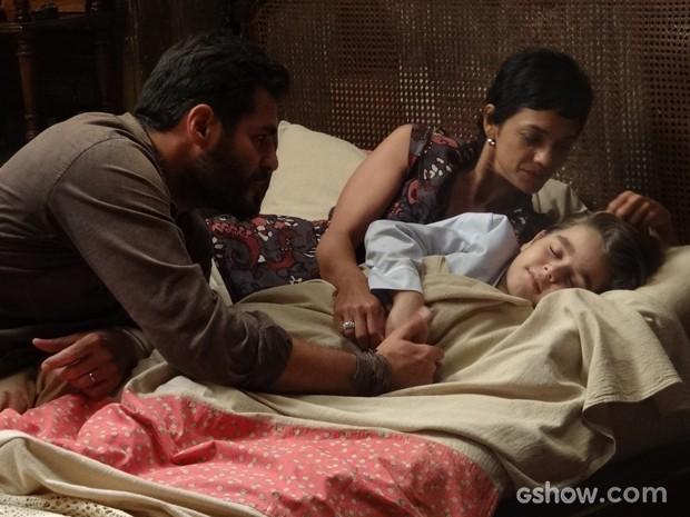 Quanta felicidade! Toni e Gaia colocam Tavinho para dormir (Foto: Joia Rara/TV Globo)