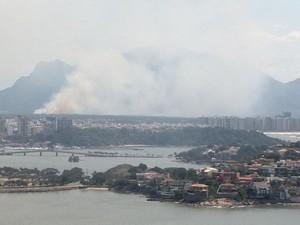 Fumaça do incêndio pode ser vista de vários pontos de Vitória (Foto: Reprodução/ TV Gazeta)
