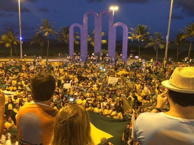 Manifantantes encerram ato cantando o Hino Nacional  (Foto: Tassio Andrade/G1)