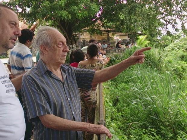 Seu Sebastião, de 86 anos, acompanhado do filho, se disse espantado com as cheias do Madeira (Foto: Assem Neto)