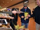 Leonardo DiCaprio ganha flores de fã no Japão