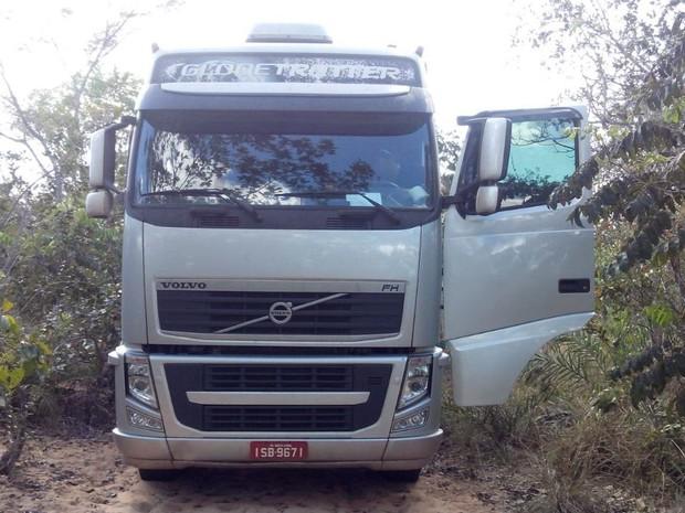 Caminhão foi abandonado em uma estrada vicinal, na TO-405 (Foto: Divulgação/PM TO)