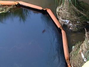 Vazemento de óleo em córrego em Oliveira (Foto: Reprodução/TV Integração)